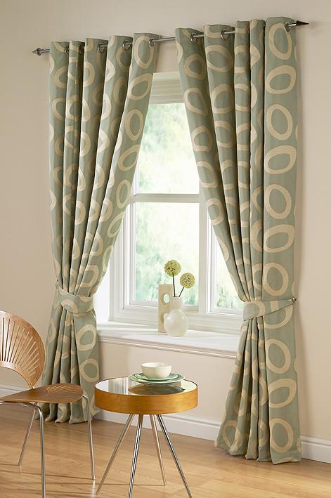 janela com cortinas