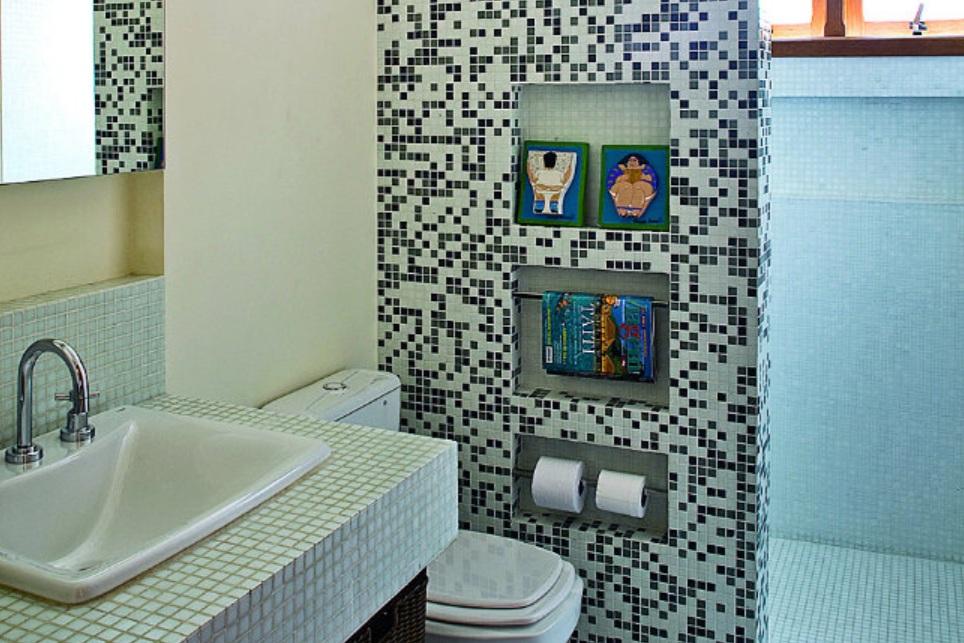 banheiros com pastilhas adesivas