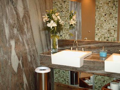 banheiros com pastilhas no espelho