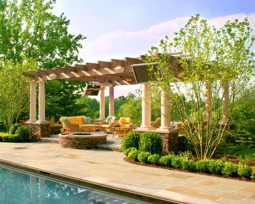 Jardim com piscina e pergolado