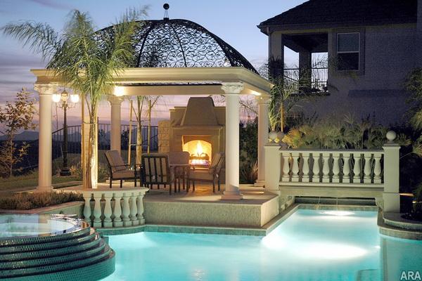 Jardim com piscina pergolado