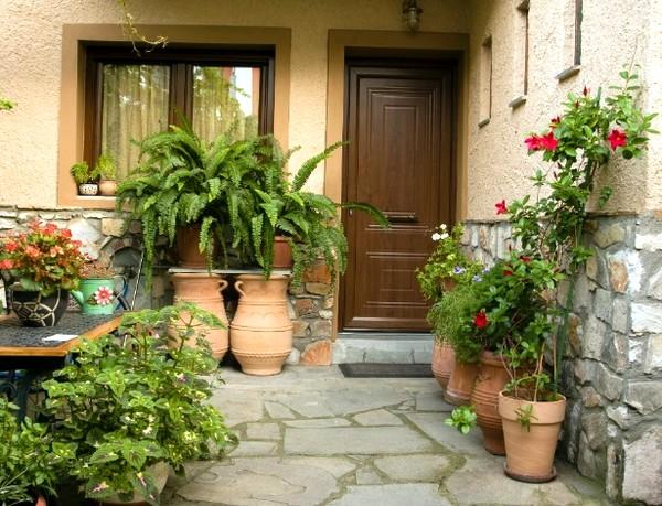 Jardinagem e decoração em frente à casa